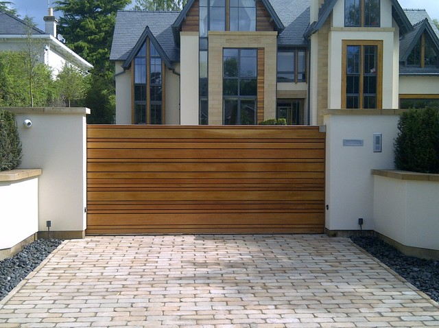 Chọn cổng nhà gỗ đẹp